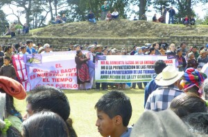 Indigenous protesters at Iximche on the eve of 13 Baktun